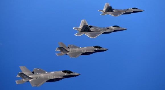 F-22 e F-35 em missão integrada de treinamento - foto USAF