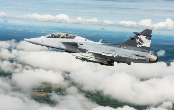 Gripen NG Demo com 6 mísseis ar-ar e duas bombas guiadas - foto Saab
