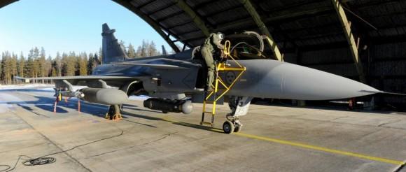 Gripen com Litening III e GBU-12 para lançamento real - foto Forças Armadas da Suécia