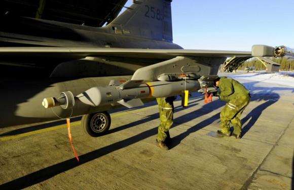 Gripen sendo armado com GBU-12 para lançamento real - foto 2 Forças Armadas da Suécia