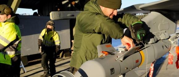 Gripen sendo armado com GBU-12 para lançamento real - foto Forças Armadas da Suécia