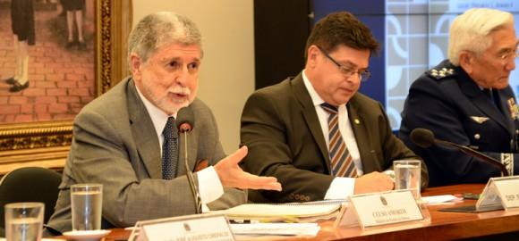 Ministro Celso Amorim e comandante da Aeronáutica Juniti Saito na CREDN - 9-12-2014 - Foto J Cardoso - Ministério da Defesa