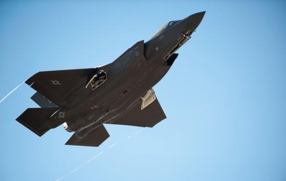 décimo sétimo F-35A de Luke acompanha primeiro F-35A australiano - foto USAF