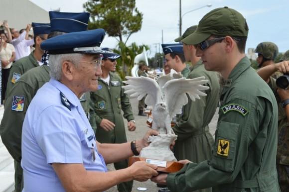 formatura pilotos combate 2014 - Saito entrega premio estagiario padrão - foto FAB