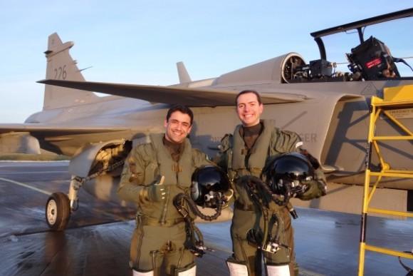 Pilotos da FAB e caça Gripen - foto via Agencia Forca Aerea - FAB