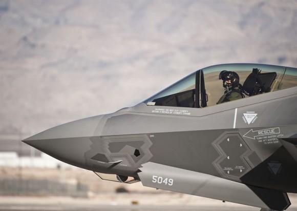 Primeiro F-35 da Escola de Armas de Nellis - foto USAF