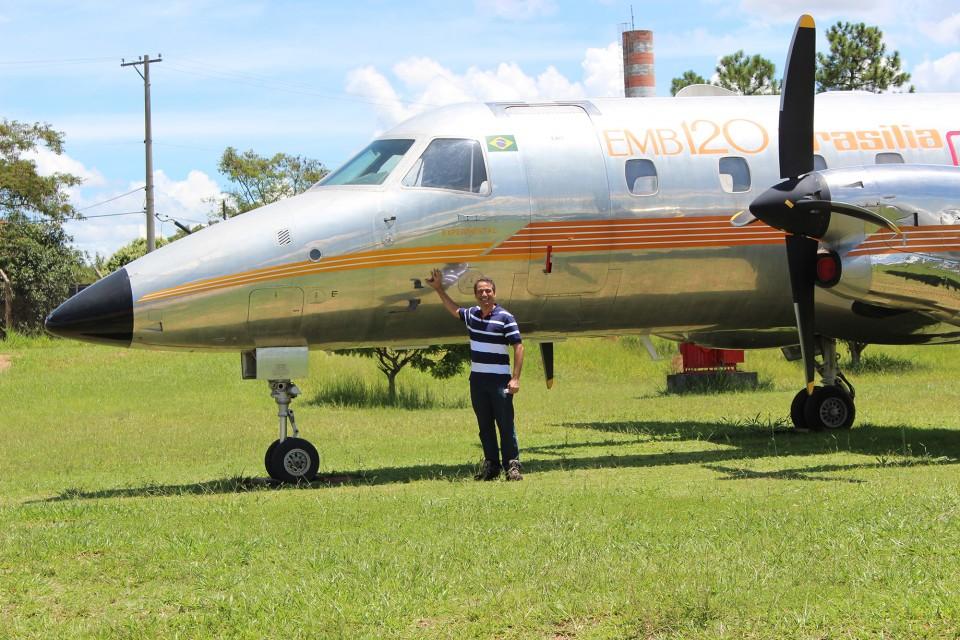 Galante ao lado do protótipo do EMB-120 Brasília dá uma ideia do tamanho da aeronave