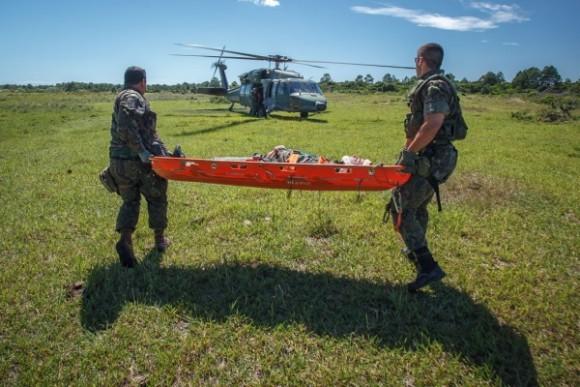 Exercício Carranca IV - maca levada para Blackhawk - foto sgt Johnson Barros - FAB
