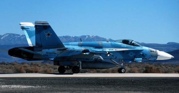 F-18C Hornet do Naval Strike and Air Warfare Center - NAS Fallon - foto USN