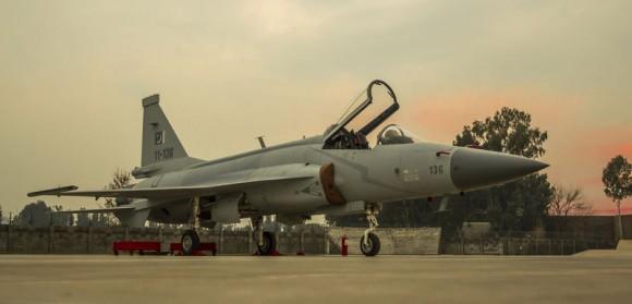 JF-17 - foto via PAC