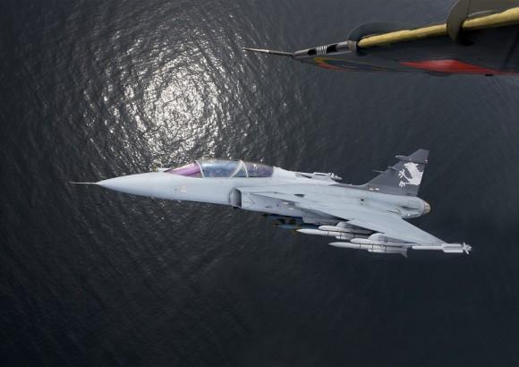 Gripen NG demonstrador fotografado de um jato SK60 - foto Saab
