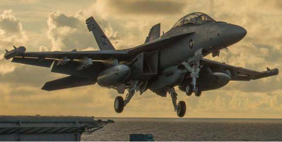 Growler decola do CVN Carl Vinson - foto 2015 USN