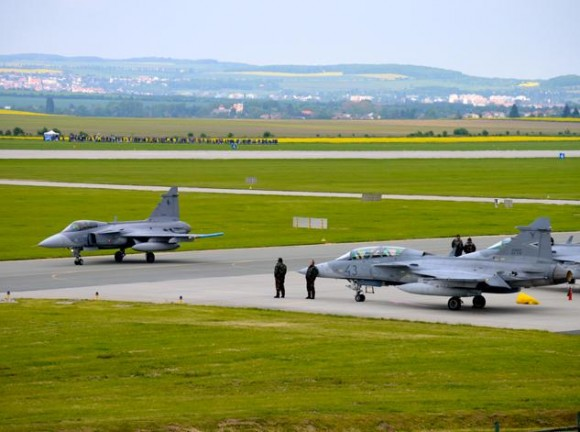 Lion Effort 2015 - Gripen tcheco e hungaro - foto via Base Aérea Caslav Rep Tcheca