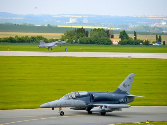 Lion Effort 2015 - L-159 e Gripen tchecos - foto via Base Aérea Caslav Rep Tcheca