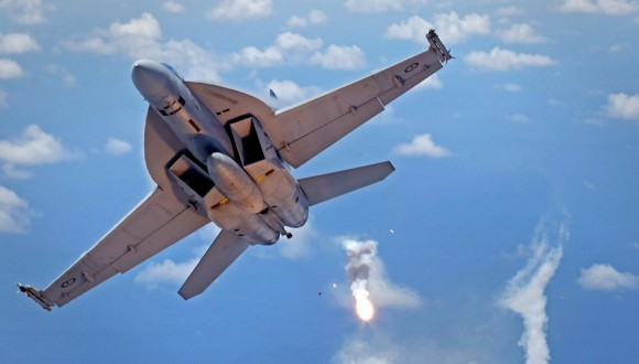 Super Hornet da RAAF lanca flares - foto 2015 Min Def Australia