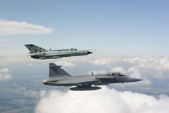 celebração tcheca 10 anos Gripen - Gripen e MiG-21 em 2005 - fotos Min Def Rep Tcheca