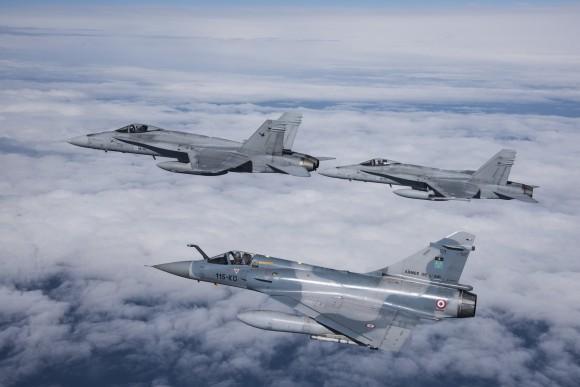 Caça Mirage 2000 C e dois F-18 da Finlândia no ACE 2015 - foto Força Aérea Francesa