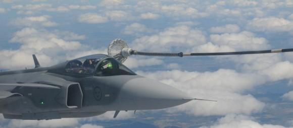 Artic Challenge 2015 - reabastecimento de Gripen sueco - foto Forças Armadas da Suécia