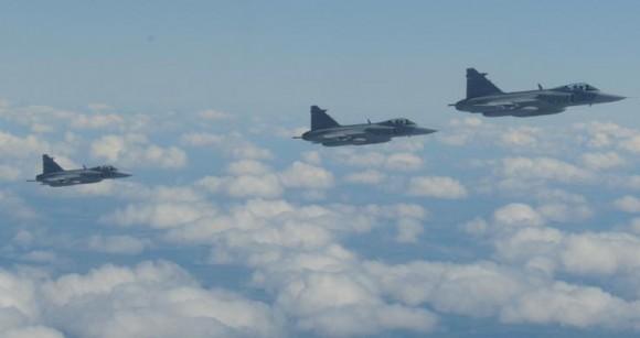 Artic Challenge 2015 - reabastecimento de caças Gripen suecos - foto Forças Armadas da Suécia