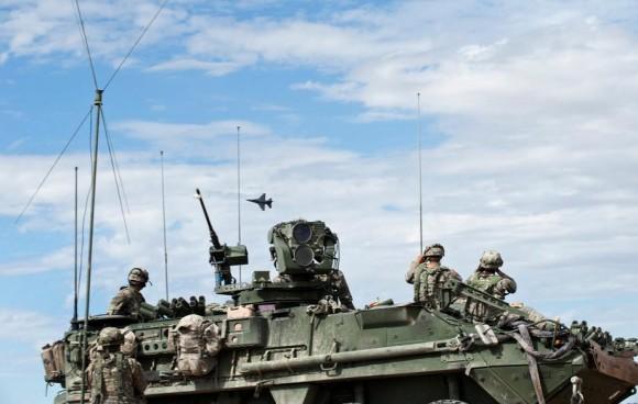 Green Flag - caça F-16 faz demonstração de força junto a soldados do US Army - foto USAF