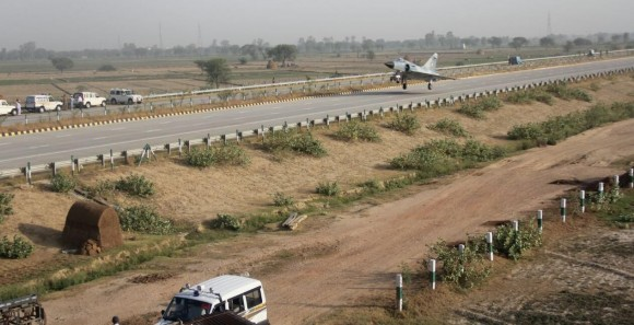 Mirage 2000 em rodovia - foto 2 Força Aérea Indiana