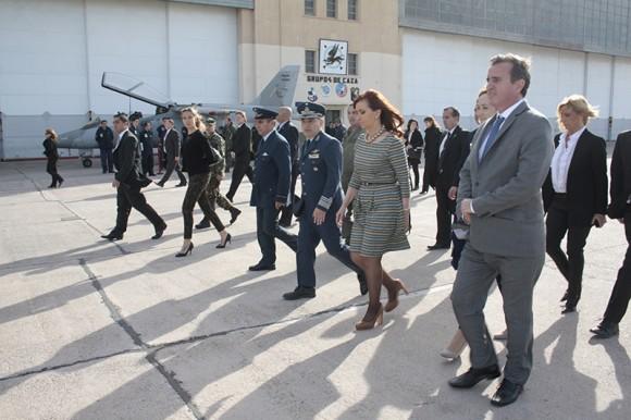 Presidente Cristina Kirchner conhece jato Pampa em Mendoza - foto 2 FAA - IV Brigada