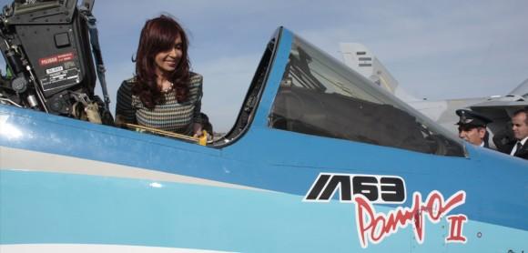 Presidente Cristina Kirchner conhece jato Pampa em Mendoza - foto FAA - IV Brigada