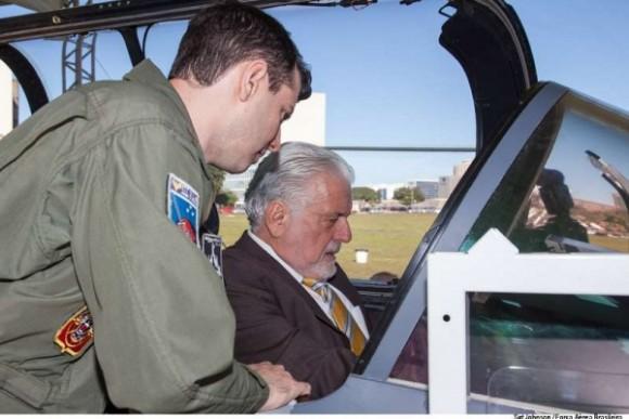 ministro jaques wagner visita maquete natural do gripen em brasilia - foto FAB