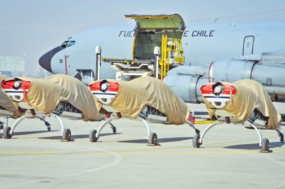 Aviões Extra 300L Halcones prontos para embarcar em KC-135 - foto FACh