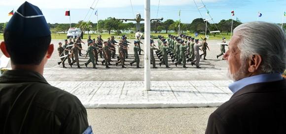 Ministro da Defesa assite a desfile na BANT - foto MD - T Sobreira