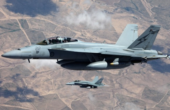 Super Hornet e Hornet da RAAF sobre o Iraque - foto Min Def Australia