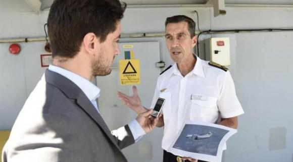 comandante Micael Byden da Força Aérea Sueca mostra fotos de aviões russos - imagem Expressen