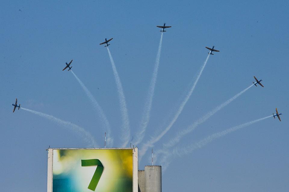 Esquadrilha da Fumaça volta ao céu de Brasília com os novos aviões A 29 Super Tucano. Em 2014, o grupo fez apenas um sobrevoo sem manobras (Valter Campanato/Agência Brasil)