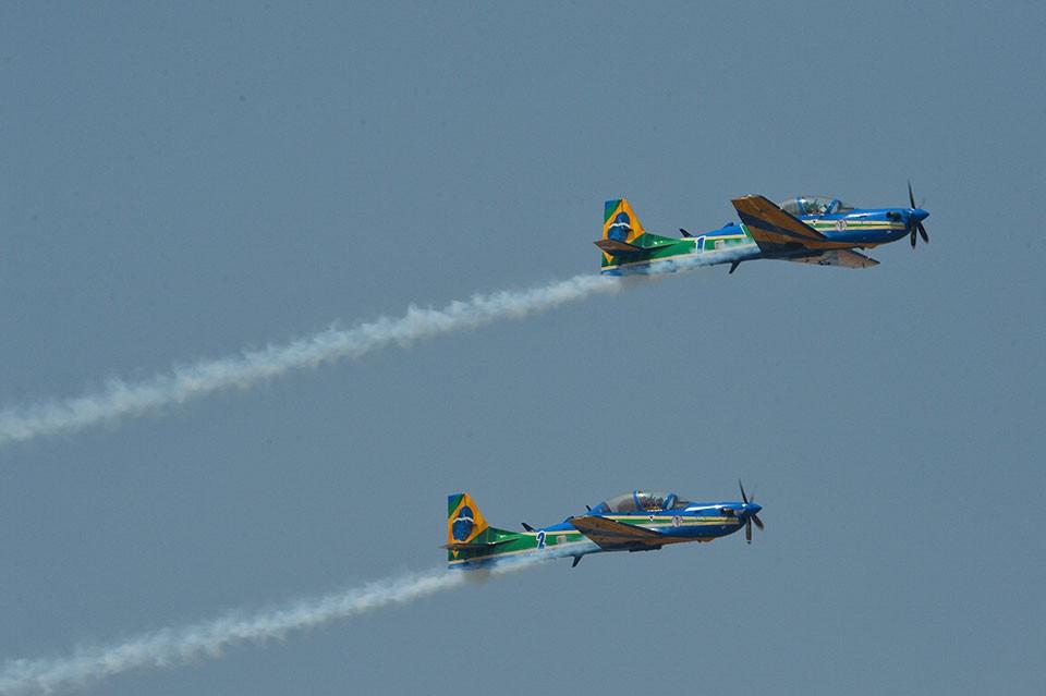 Esquadrilha da Fumaça volta ao céu de Brasília com os novos aviões A 29 Super Tucano. Em 2014, o grupo fez apenas um sobrevoo sem manobras (Marcello Casal Jr/Agência Brasil)
