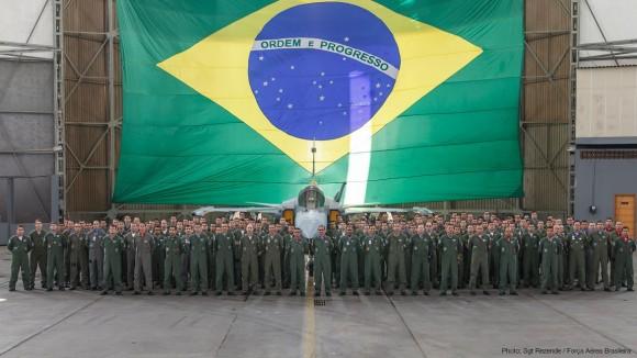 Militares da FAB junto à réplica do Gripen NG - foto Sgt Rezende - FAB - via Saab
