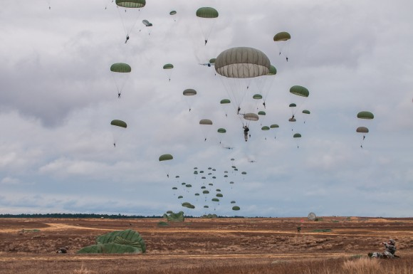 Estados Unidos Paratroopers descend on Sicily Drop Zone during the 16th Annual Randy Oler Memorial Operation Toy Drop at Fort Bragg, N.C., Dec. 7, 2013. While the weather did not cooperate earlier in the day, the rain subsided around midday allowing hundreds of paratroopers to complete their jumps and earn their foreign jump wings while supporting area children in need with a new unwrapped toy. (U.S. Army photo by Timothy L. Hale/Released)