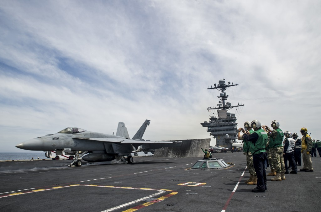 F-18E Super Hornet prestes a ser catapultado do porta-aviões USS George Washington