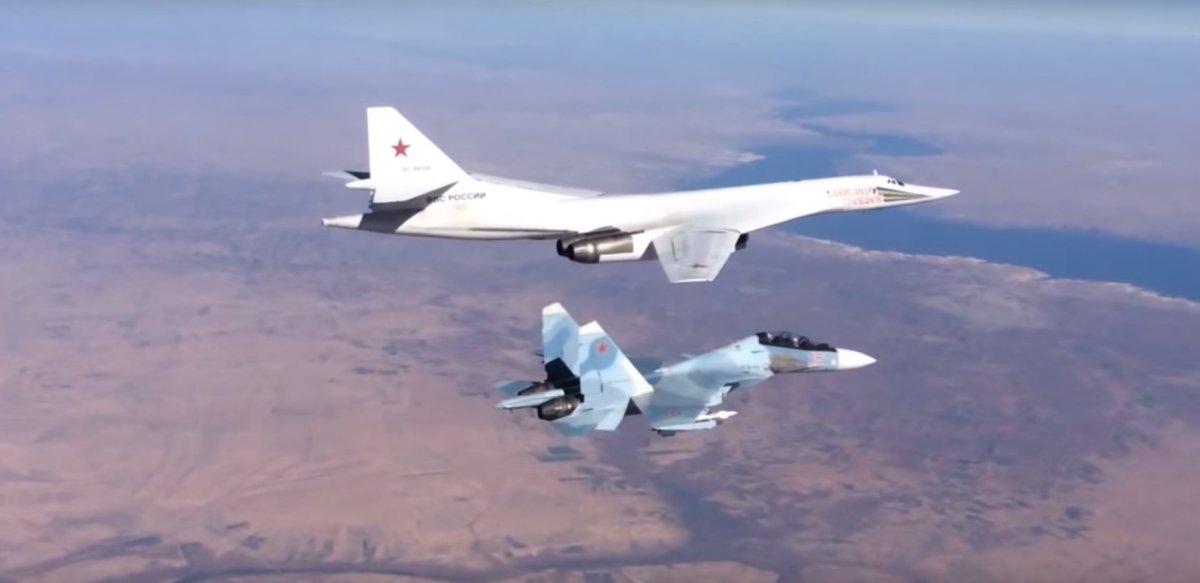 Su-30 escoltando Tu-160
