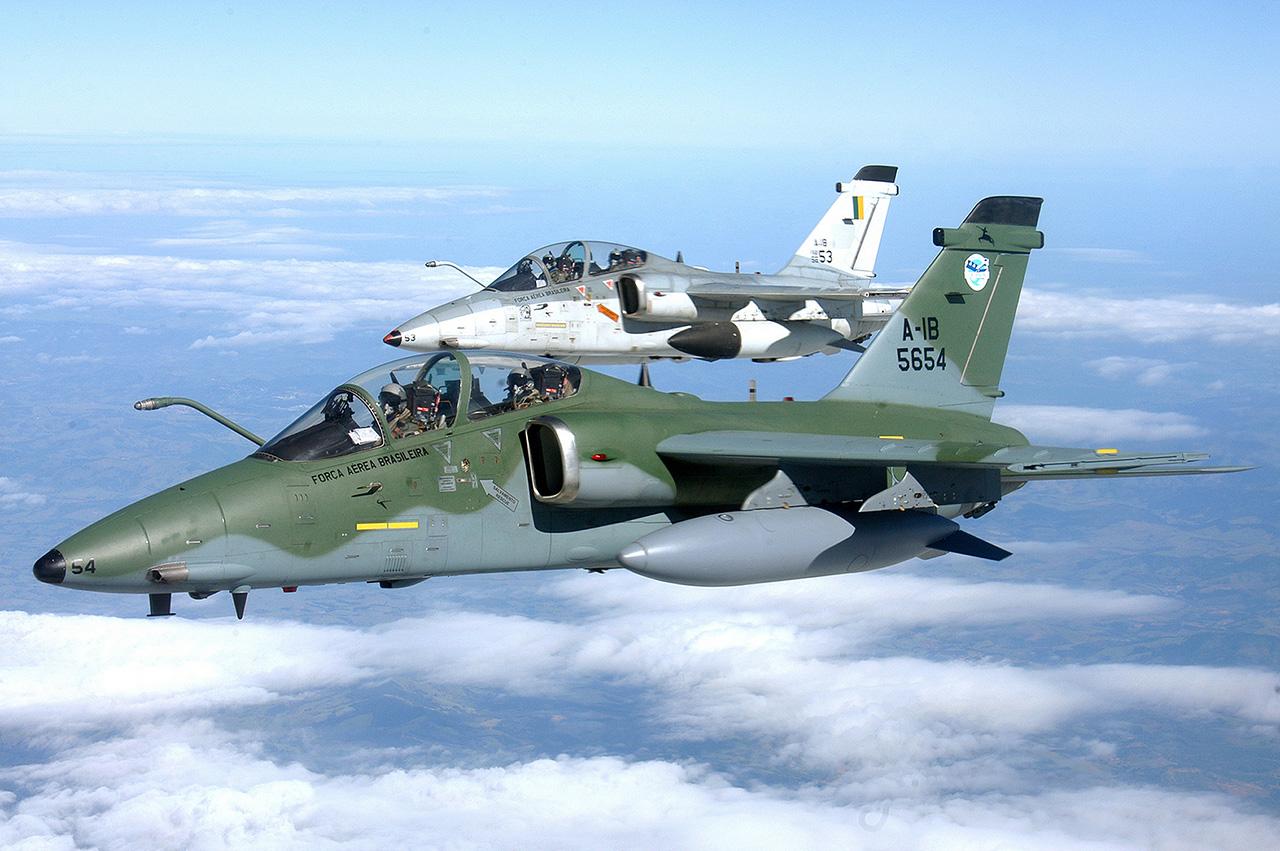 Dois A-1B com a primeira e segunda camuflagem adotada pela FAB