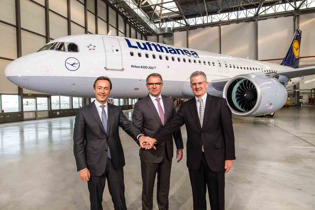 Celebrando a entrega do primeiro A320neo para a Lufthansa. Da esquerda para a direita Fabrice Brégier, Presidente e CEO da Airbus, Carsten Spohr, Chairman do Board Executivo e CEO da Deutsche Lufthansa AG e Robert Leduc, Presidente da Pratt & Whitney