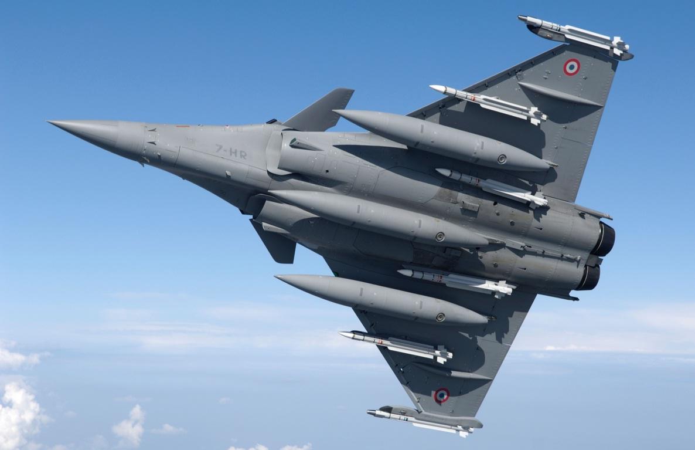 Rafale com tres tanques externos e seis misseis Mica - foto K Tokunaga - Dassault