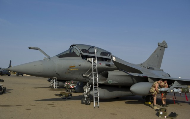 Rafale recebendo armamento na operacao Serval - foto Dassault