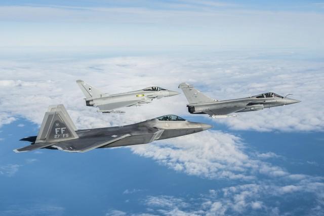 Raptor-Rafale-e-Typhoon-em-exercicio-trilateral-a-partir-de-Langley-dez-2015-foto-USAF