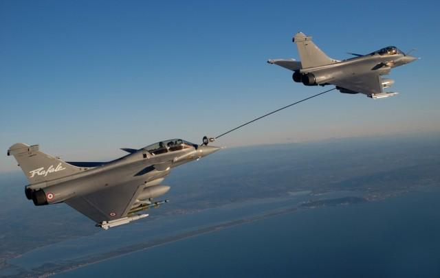 jatos Rafale em reabastecimento buddy-buddy - foto K Tokunaga - Dassault