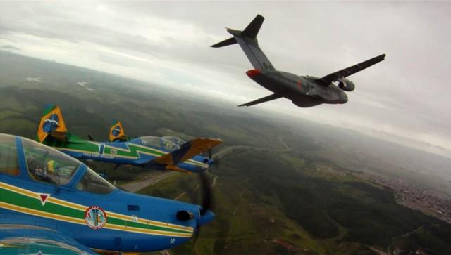 KC-390 e Esquadrilha da Fumaca - foto Facebook EDA