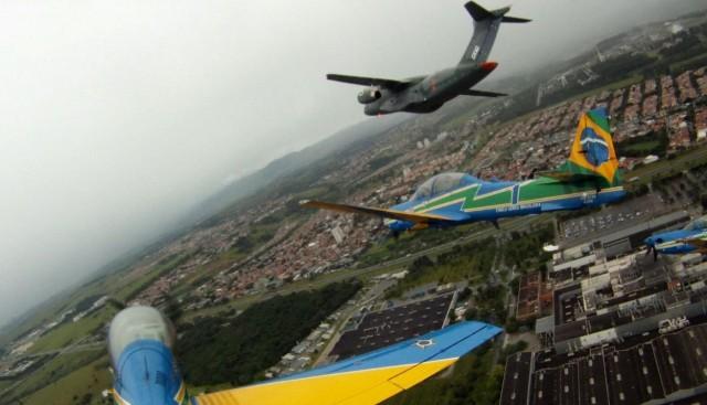KC-390 e Esquadrilha da Fumaca - foto Twitter EDA