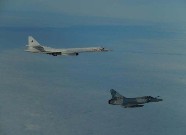 TU-160 russo interceptado por Mirage 2000-5 - foto Forca Aerea Francesa