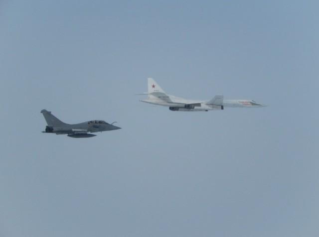 TU-160 russo interceptado por Rafale do Esquadrao Gascogne - foto Forca Aerea Francesa