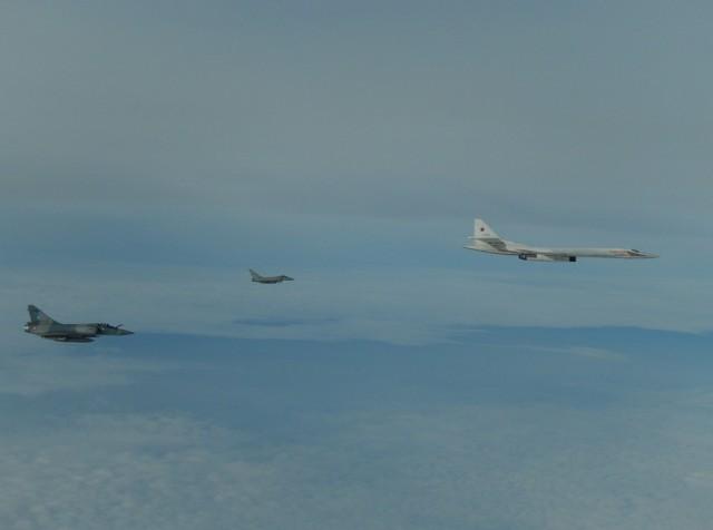 TU-160 russo interceptado por Typhoon e Mirage 2000-5 - foto Forca Aerea Francesa