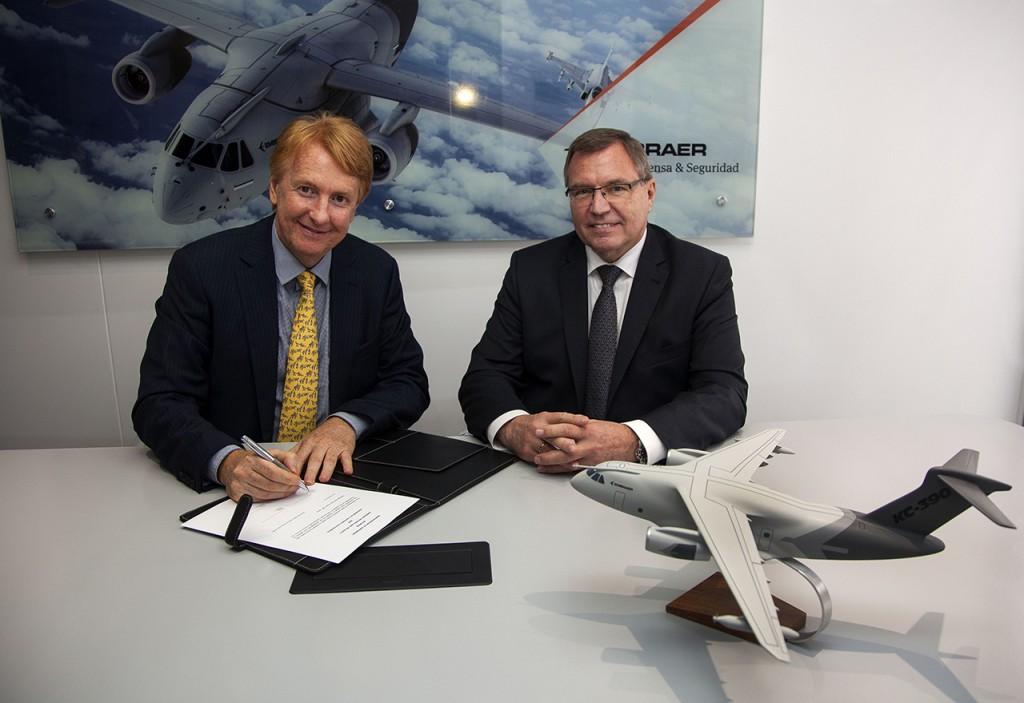 Jackson Schneider, presidente e CEO da Embraer Defesa & Seguranca, e Ulrich Sasse, presidente da Rheinmetall Simulation and Training, assinam contrato na Fidae